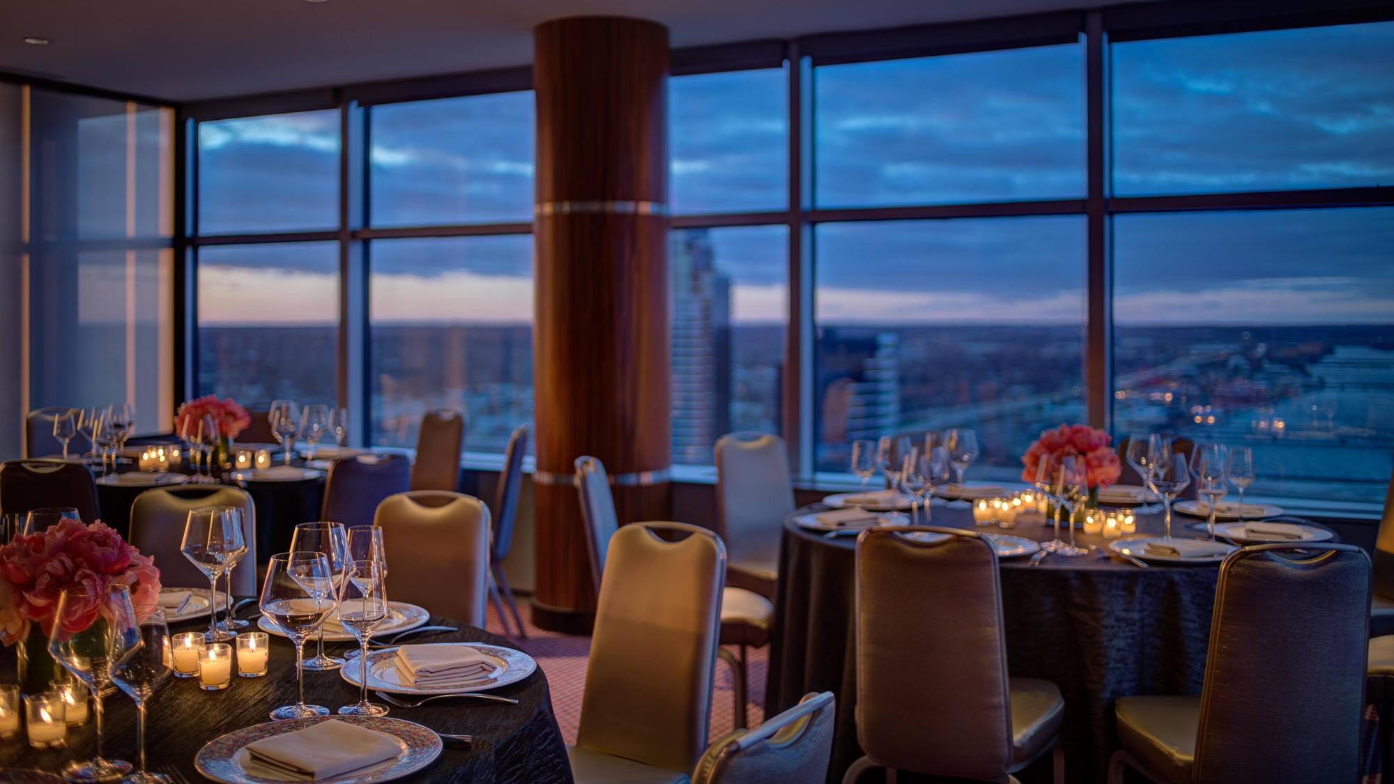 Cygnus 27 dining room
