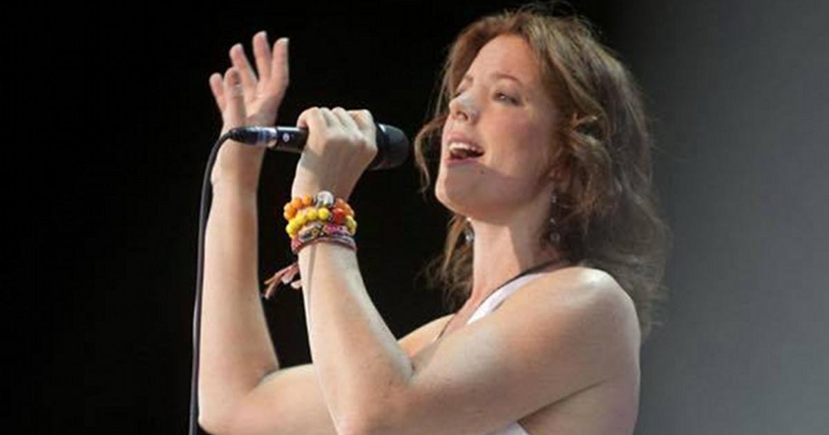 Sarah McLachlan singing on stage