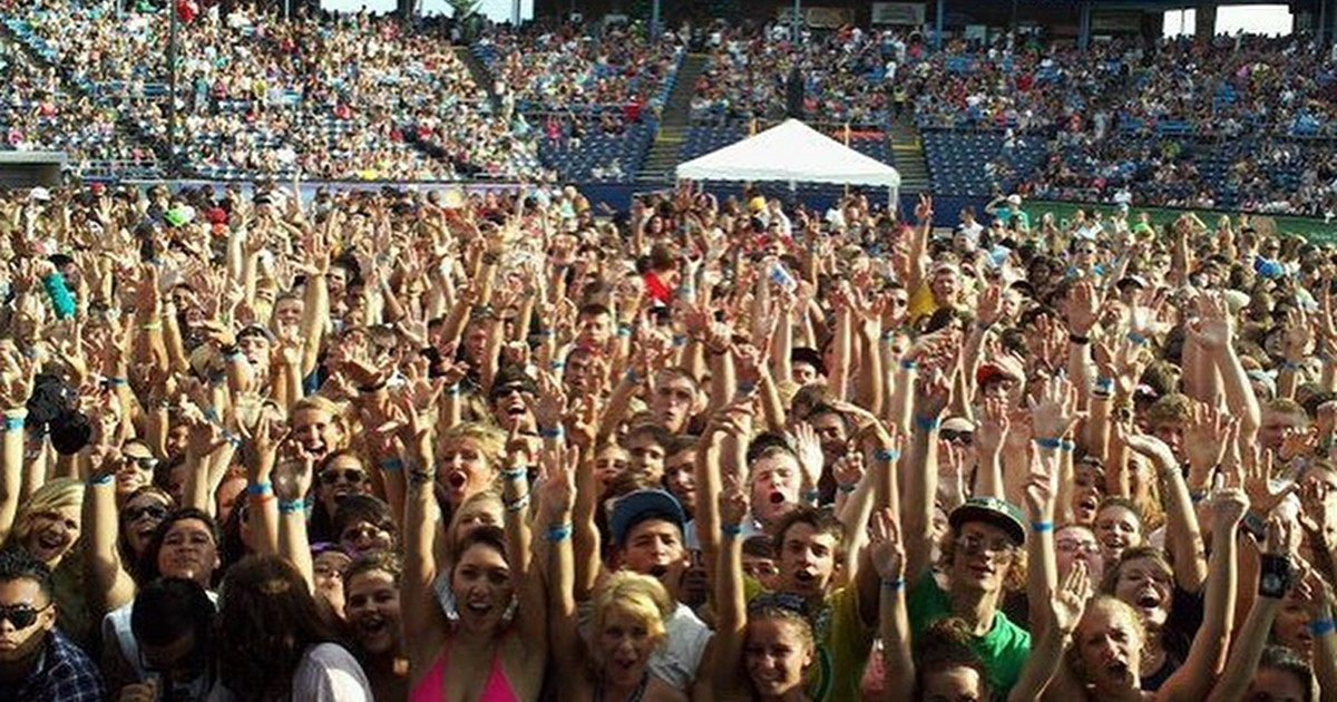 104.5 SNX Party in the Park crowd